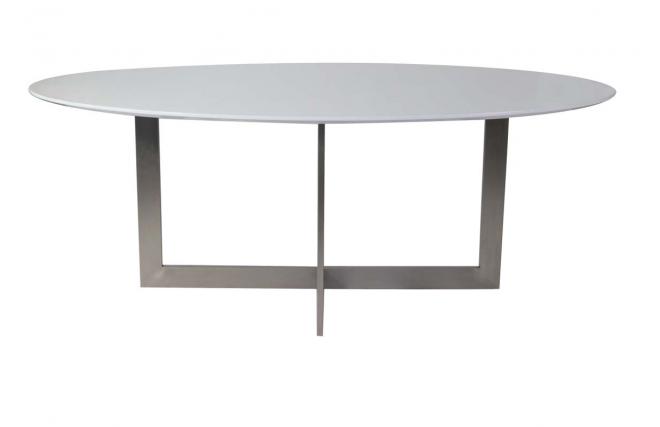 Mesa de comedor ovalada en madera blanca y acero killie for Mesa comedor blanca y madera